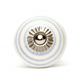 Kleiner weißer Möbelknauf mit fliederfarbenen Streifen