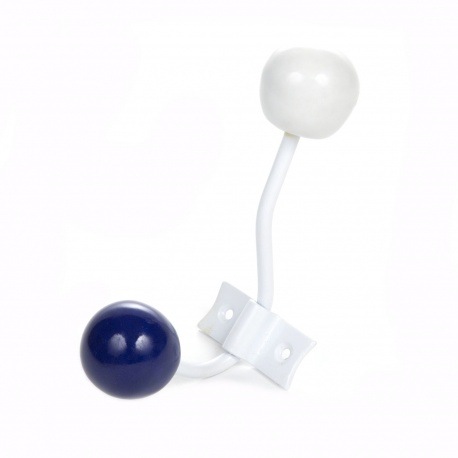 Garderobenhaken mit dunkelblauen und weißen Ballknauf