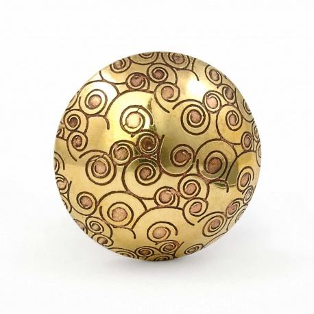 Goldfarbiger Messingknauf mit ornamentalem Muster kleine Spiralen