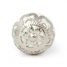 Weißer Möbelknauf silberner Barockrosette